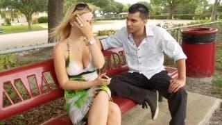 Kylie Knight im Park entdeckt und gefickt