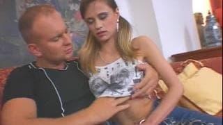 Ein junger Teenie von einem alten Mann gefickt