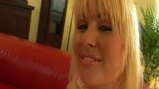 Eine vollbusige Blondine in einem XXX-Film