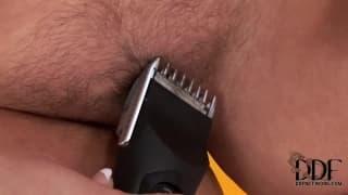 Valentina zeigt, wie sie ihre Fotze rasiert