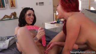 Melina Mason & Mia Lelani spielen mit Dildos