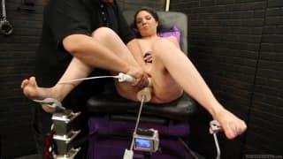 Kiki Daire probiert eine Sexmaschine aus