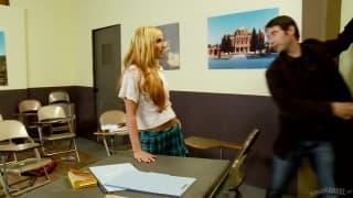 Dahlia Black fickt in der Schule