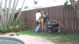 Die Schlampe Samantha 38G steht auf Gärtner