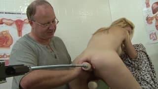 Tiffany Tanner probiert eine neue Sexmaschine