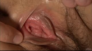 Naho Kojima wird gefesselt und masturbiert