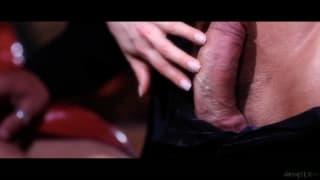 Carla Cox in einem sinnlichen Video