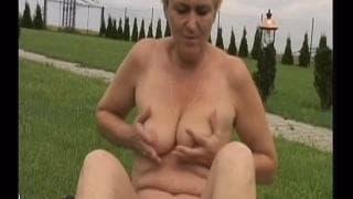 Oma Eva wird im Freien gefickt