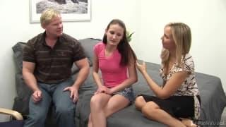 Hailey Young in einem Dreier mit einem Paar