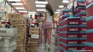 Ein Kerl wichst auf die Füße von Jenna Haze