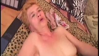 Grandma Jaja fickt aus voller Kraft