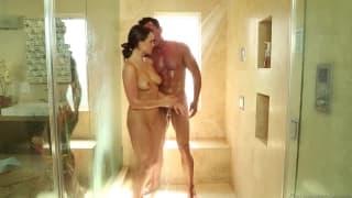 Teal Conrad gibt ihrem Mann eine heiße Massage