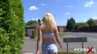 Blonde Schlampe zeigt öffentlich ihre Titten