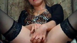 Eine heiße Blondine zeigt ihre hübsche Vagina