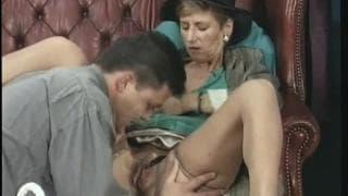 Eine ältere Frau nutzt ihren Anwalt aus