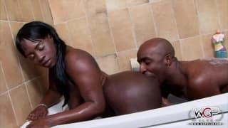 Diese schwarze Frau bekommt einen Creampie