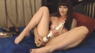 Kit Catt masturbiert bis zum Orgasmus