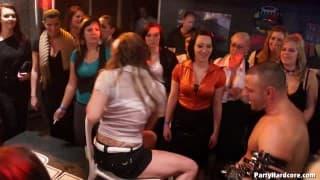 Gruppensex zwischen Amateuren in der Disko