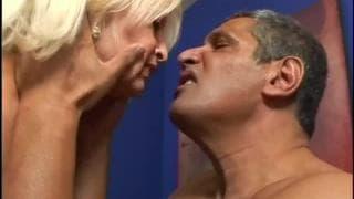 Die blonde Oma Vikki Vaughn wird gefickt