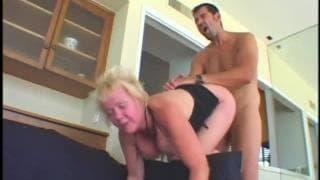 Die blonde Oma Mischa wird genagelt