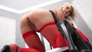 Katerina Ivana masturbiert auf einem Stuhl