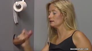 Eine blonde Milf wird fürs Blasen bezahlt