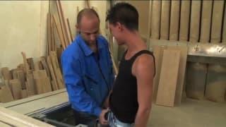 Drei notgeile Männer ficken auf der Arbeit