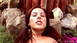 Anita Pearl masturbiert auf dem Acker