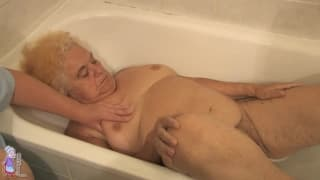 Hermine ist eine heiße alte Frau in der Wanne
