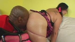Jasmine ist eine fette Brünette die Sex mag