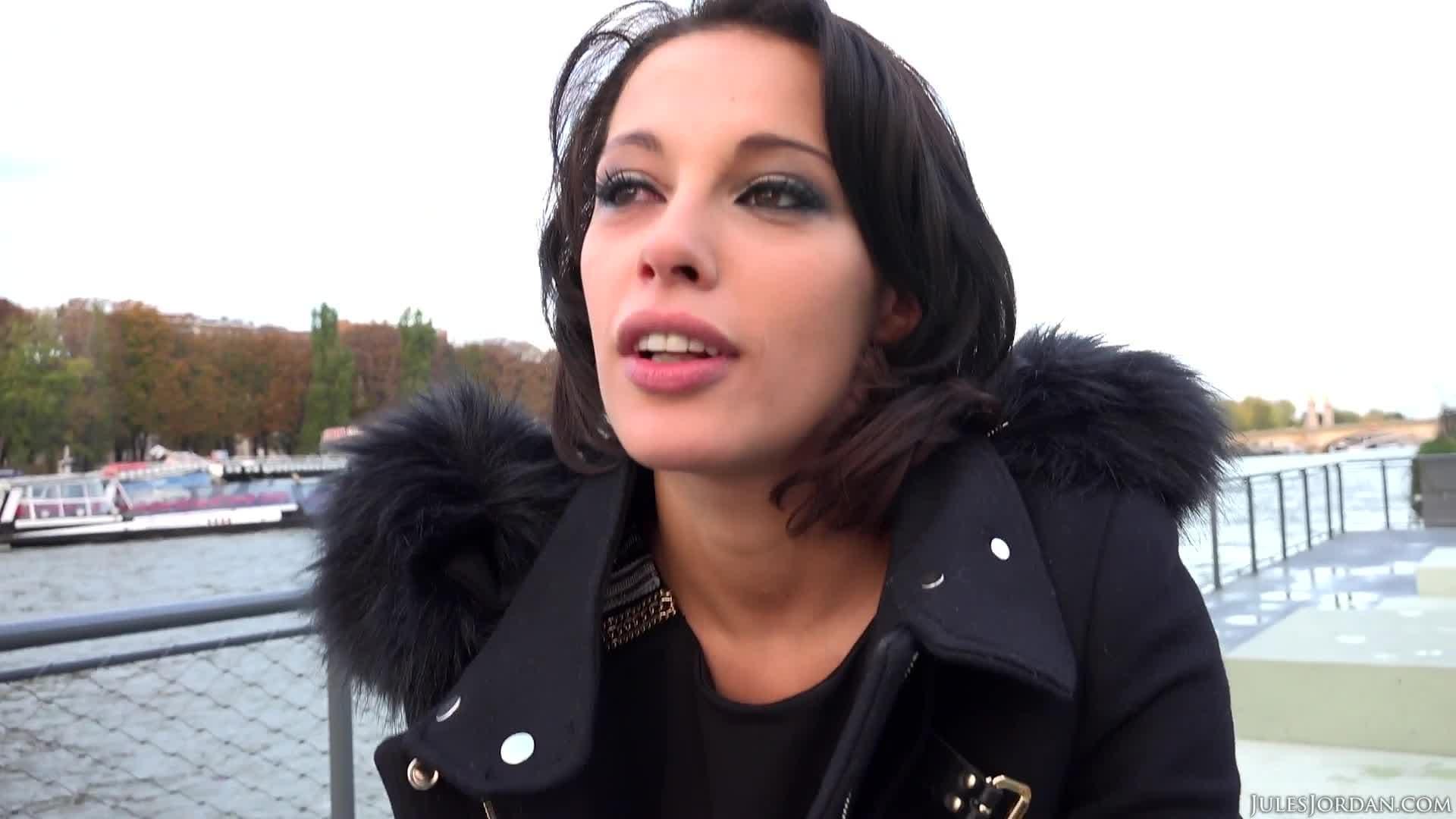 Brünette Fotze genießt Analsex - EisPop.com