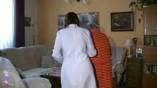 Ältere Oma fickt mit der Krankenschwester