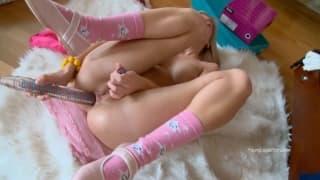 Nicol liebt ihre Sammlung an Sextoys