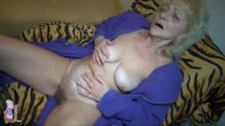 Diese alte Oma spielt mit ihrer Muschi