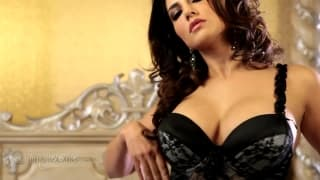 Sunny Leone ist eine sinnliche Frau auf Kamera