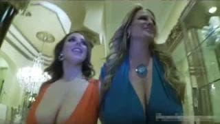 Zwei vollbusige Frauen in einem Dreier