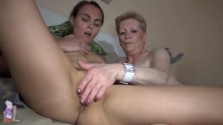 Marie ist eine alte Oma mit jungem Paar