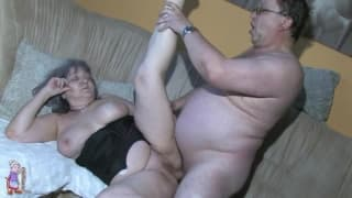 Grandma wird in ihrer Muschi hart gefickt