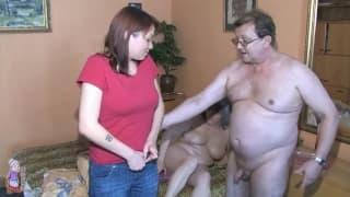Älteres Paar fickt mit junger Rothaariger