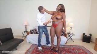 Angie Staxxx spielt mit einem großen Schwanz