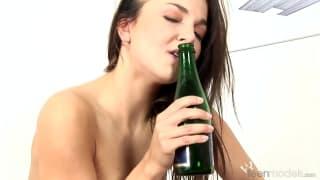 Billy Raise benutzt eine Flasche