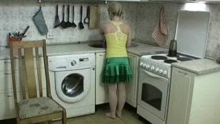Diese junge Blondine fickt in der Küche