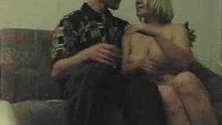 Eine blonde Schlampe genießt eine Dusche