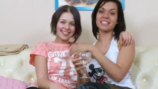 Süße lesbische Brünette mit ihren Sextoys