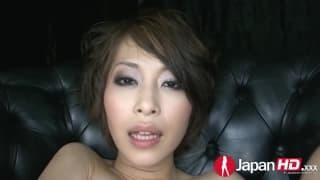 Eine Asiatin squirtet ihren Saft für uns