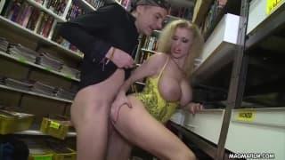Deutscher Gruppensex in einem Laden für DVDs