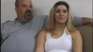 Son mari la mate pendant qu'elle baise !