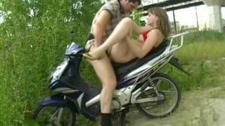 Ania fickt auf einem Motorrad