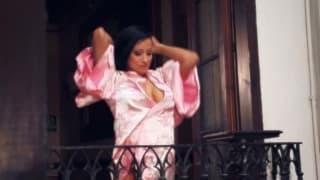 Gigi Love fingert ihre Muschi auf dem Balkon