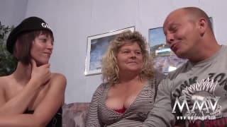 Ein Dreier mit einem Kerl in sexy Unterwäsche